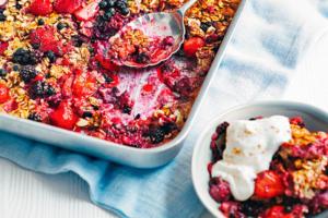 Porridge al horno con frutas del bosque