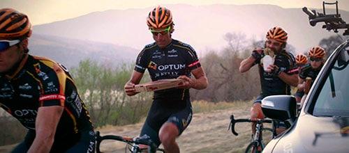Ciclistas desayunando sobre la bici