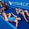 Triatletas fatigadas al llegar a meta