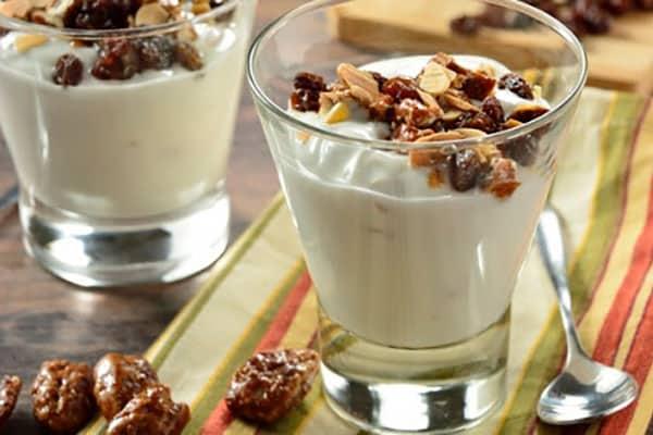 Yogur vegetal con frutos secos y chocolate